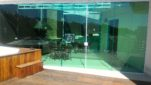 Fechamento de Área em vidro Verde Temperado e Alumínio Branco