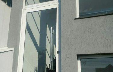 Porta Pivotante Alumínio Branco com Vidro Temperado e Puxador em Inox